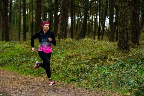 la atleta phil healy durante una de sus sesiones de entrenamiento individual por el bosque en la desescalada