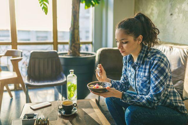 woman eating muesli with yogurth