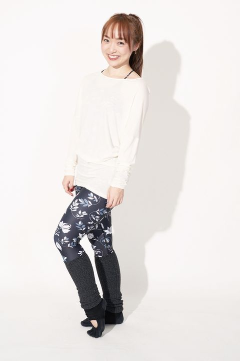 White, Black, Clothing, Shoulder, Standing, Joint, Fashion, Leggings, Leg, Knee,