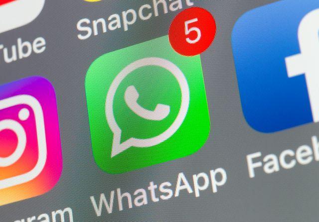 una pantalla de móvil con la app de whatsapp llena de notificaciones
