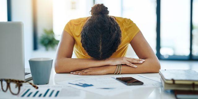 vrouw slapen laptop kantoor