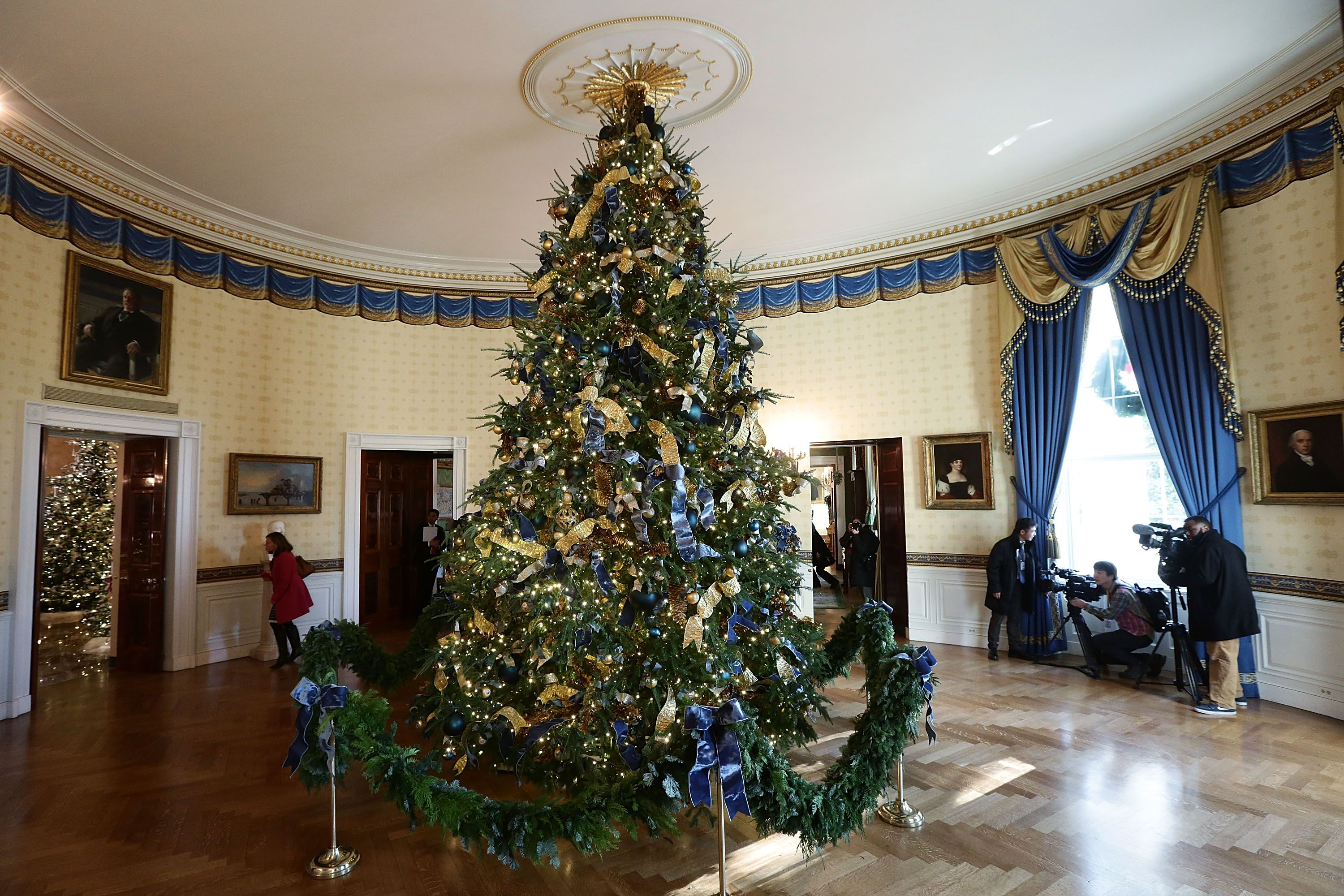 the white house just unveiled its christmas decorations - Blue And White Christmas Decorations