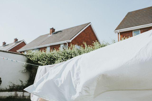 布団のシーツを天日干しすべき理由を中心に、シーツを洗う適切な頻度や、汚れた寝具がもたらすリスクを専門家の意見を交えて紐解きます。太陽の光や熱を直接浴び、風を受けて速く乾かすことができる天日干し。しかし、そのメリットは素早さだけにととまらず、実は殺菌効果や漂白作用も期待できるそう!