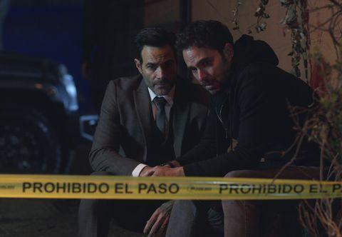 که سارا را در فصل دوم لوییس روبرتو گوزمن در نقش لورنزو و مانولو کاردونا در نقش الکس در قسمت 202 سریال Who kill Sarah season 2 cr netflix کشته است © 21 2021