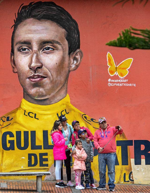 stcolombia, zipaquirá, 18 tm21 01 2020een colombiaanse familie maakt een selfie bij de muurschildering van egan bernal, tour de france winnaar 2019 bernal is opgegroeid en woont in zipaquiráfoto klaas jan van der weij