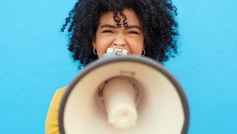 vrouw praat door megafoon