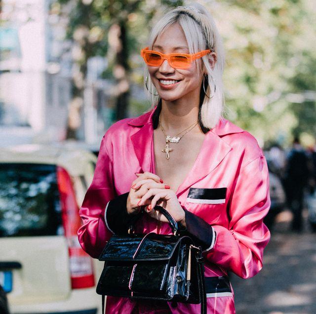 model soo joo park in knalroze zijden pyjama met accessoires op straat tijdens milan fashion week september 2019
