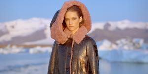 winterjas-model-koud-ijs