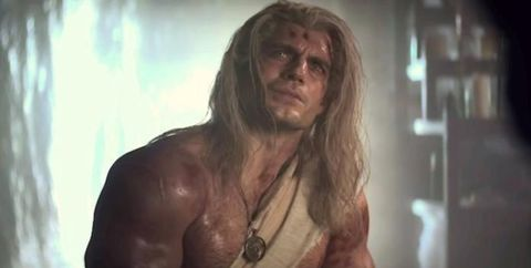 henry cavill luce músculos sin camiseta en the witcher