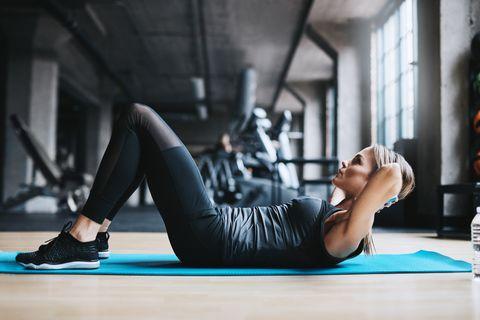 練腹肌做「捲腹」比仰臥起坐更有效!加入變化式捲腹練出性感側腰線