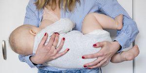 Mujer dando el pecho sujetador lactancia