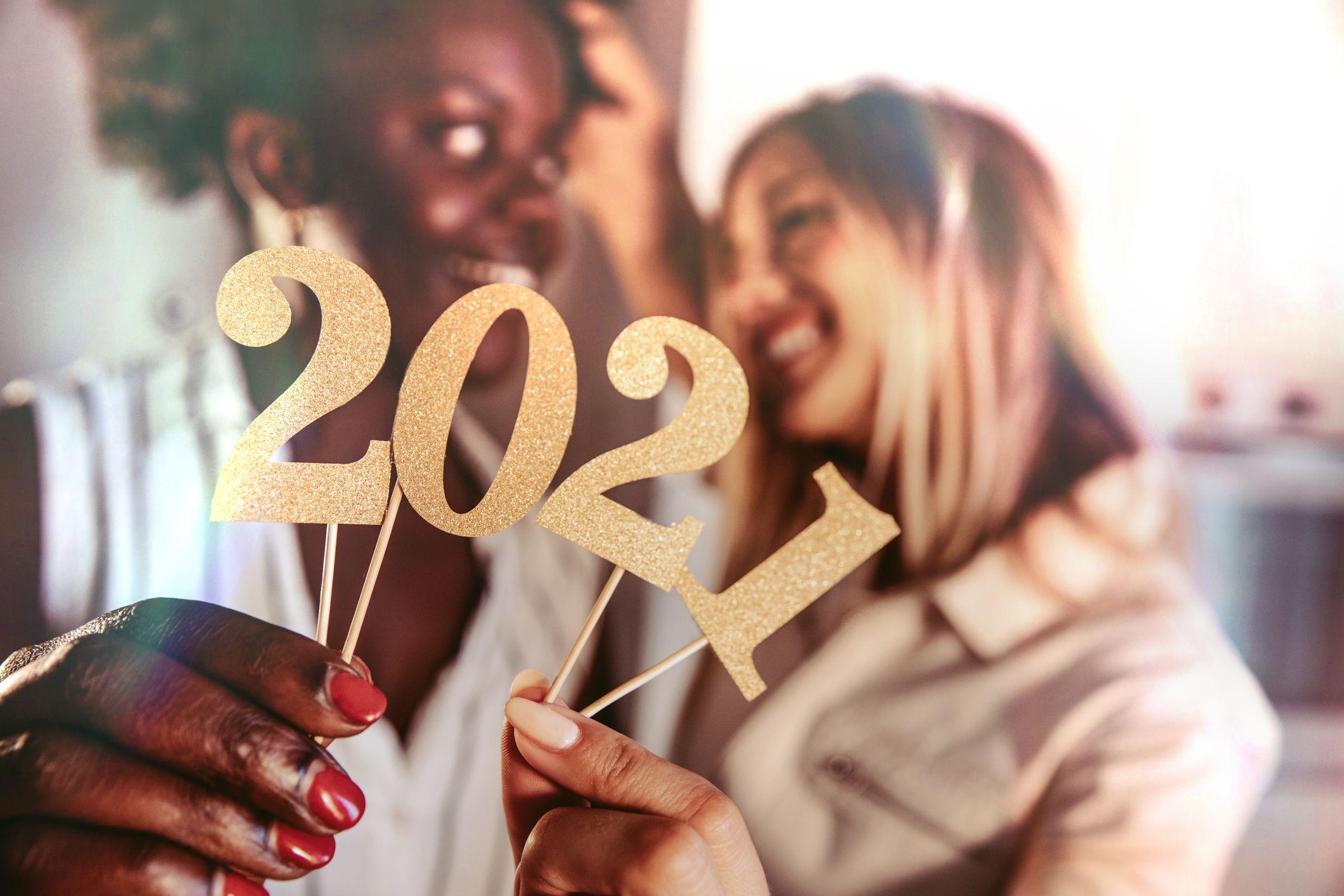 femme célébrant le nouvel an 2021