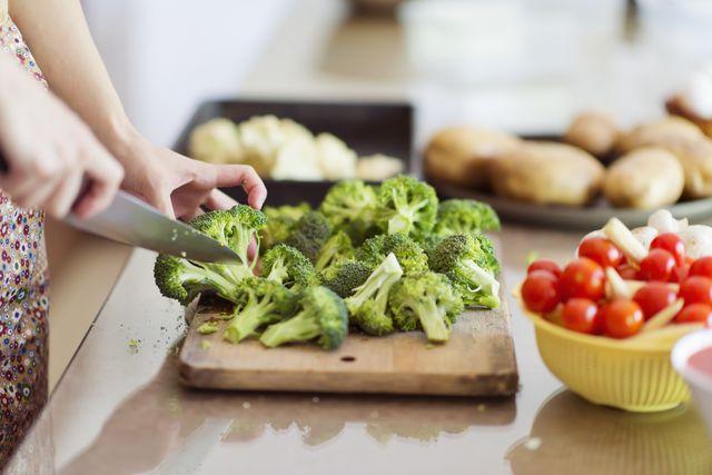サラダから炒め物など、副菜として日常的に食卓に上がるブロッコリー。実はビタミンcが豊富な野菜として知られていて、その含有量はなんとオレンジ1個分以上! そこで本記事では、ブロッコリーの知られざる栄養価や期待できる健康メリット、栄養を逃さない調理法を<グッド・ハウスキーピング>からご紹介します。