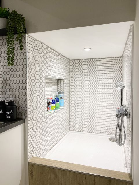 femme transforme le garage en mini douche pour chien