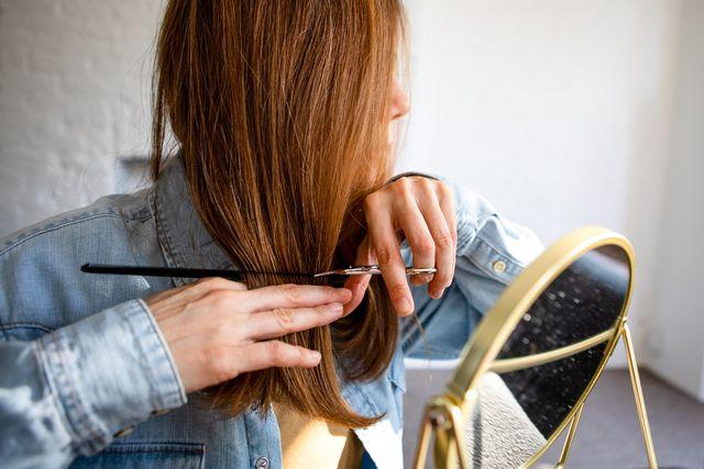 mujer cortándose el pelo