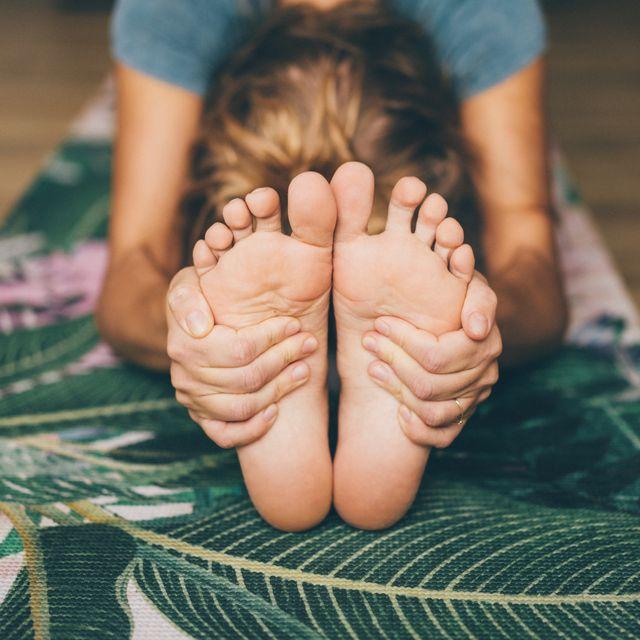 mujer estirando en una postura de yoga