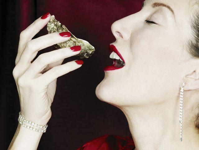 donna mangia un'ostrica