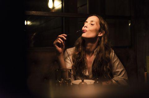 Mujer comiendo de noche