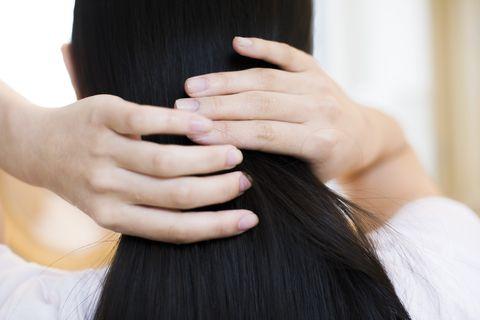 一個女生在整理他的頭髮