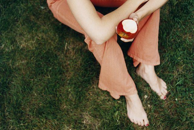 りんごや桃などの果物を食べていたら、口の中が痒くなったり唇が腫れてしまった…という体験がある人は少なくないはず。それって実は、「口腔アレルギー症候群」が関係しているのかも…。本記事では、「口腔アレルギー症候群」が引き起こされる原因や症状、対策などの基礎知識をご紹介します。