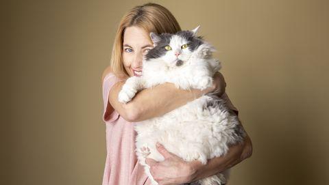 vrouw houdt kat vast