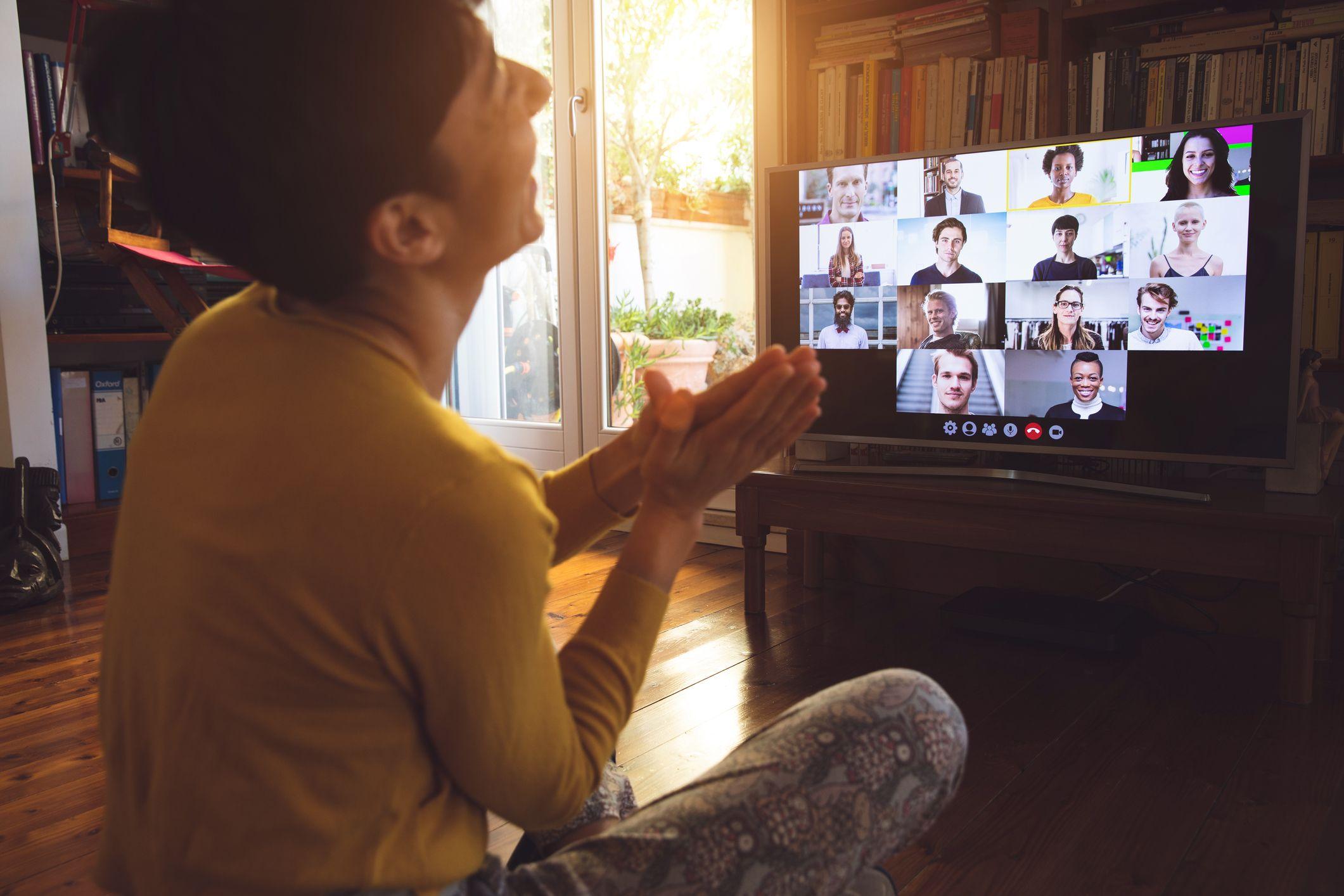 γυναίκα μπροστά από μια οθόνη συσκευής ομαδική εργασία σε τηλεδιάσκεψη