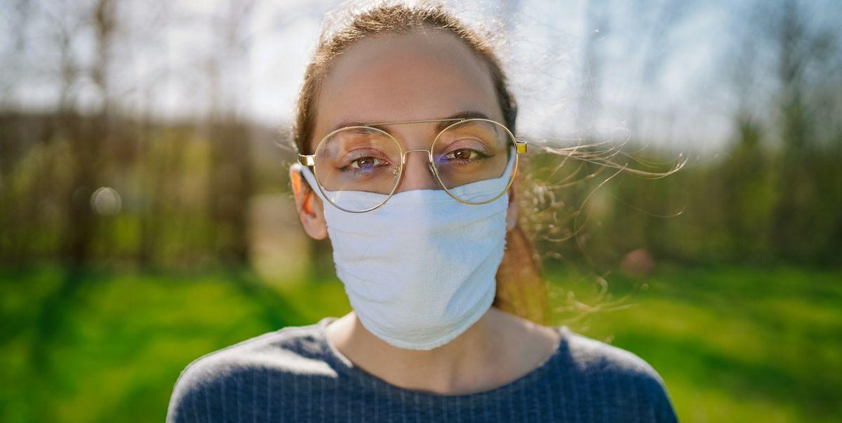 Офтальмолог объясняет 4 способа избежать запотевания очков при ношении маски для лица