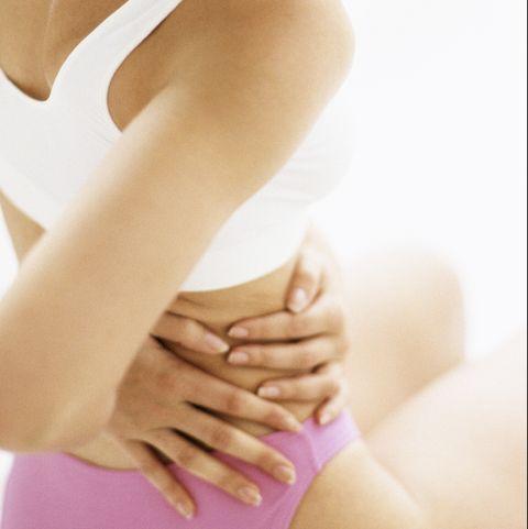mujer con clamidia tocándose la cadera