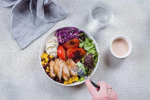 一個人正在吃健康的沙拉