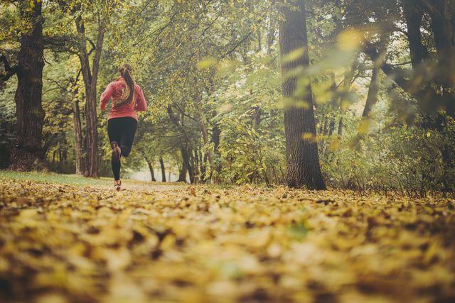 mujer corriendo en un parque