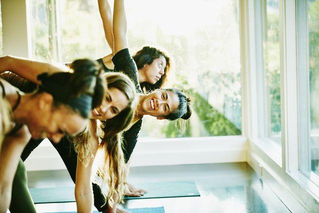 mujeres haciendo yoga felices