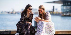 スマートフォンを見る女性たち