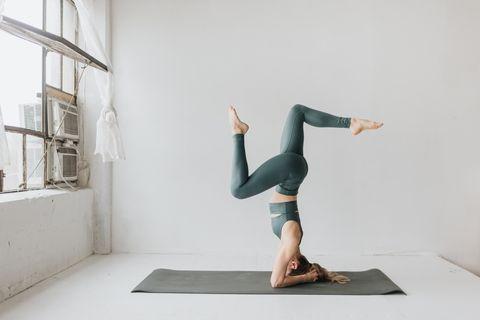 Mujer practicando yoga en estudio