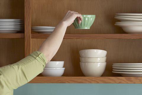 Femme ranger la vaisselle