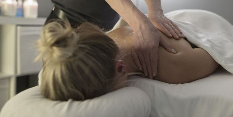 What Is an Ayurvedic Massage? Everything You Need to Know About This New  Treatment