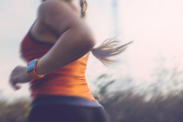 corredora con reloj inteligente