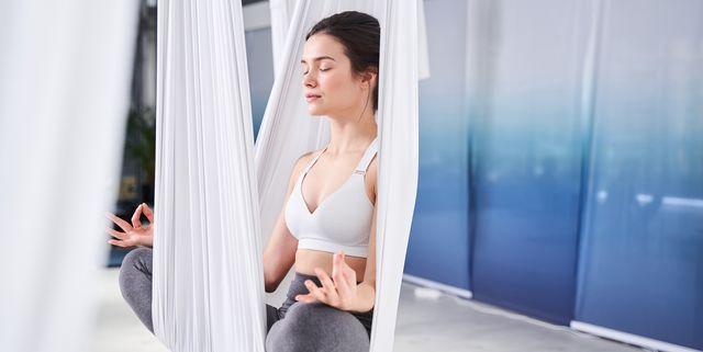 初めてレッスンを受ける前に知っておくべき「エアリアルヨガの基礎知識とおすすめのポーズ」をトップインストラクターたちが解説。安眠効果やストレス軽減など、様々な健康メリットが認められている「ヨガ」。中でも、ここ数年で急速に人気を集めていているのが、天井から吊るしたハンモックを使う「エアリアルヨガ(空中ヨガ)」。