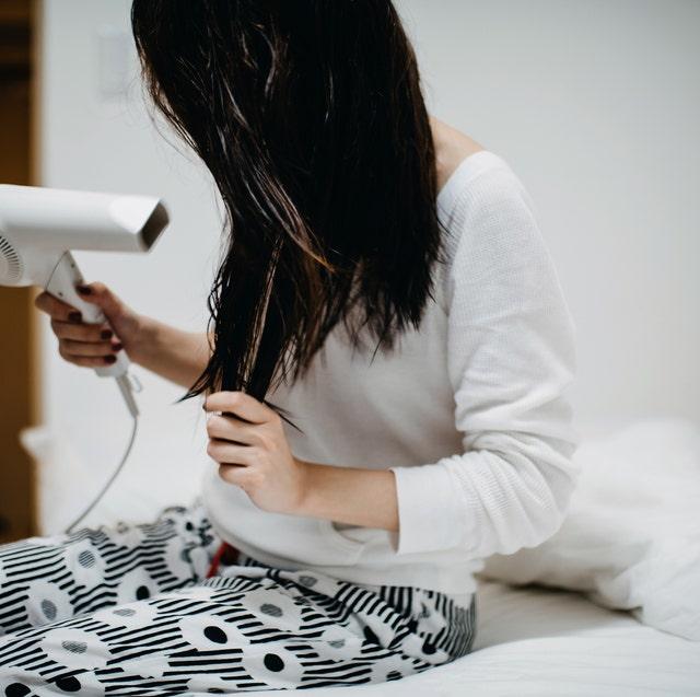 mujer secándose el pelo con secador