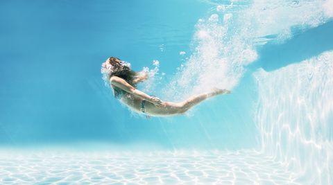 Mujer en la piscina.