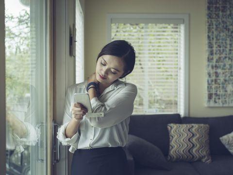 Mujer mirando el móvil con cuello de texto
