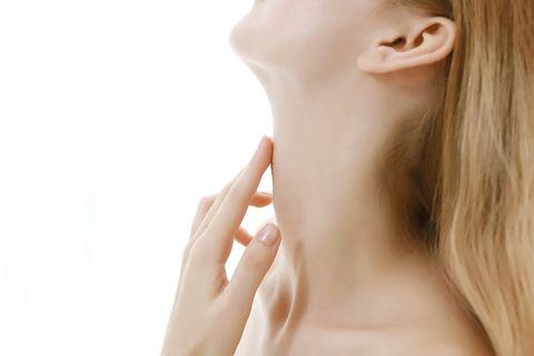 頸紋3大成因你是哪一種?6招消除頸紋必學按摩及保養,預防頸紋從生活習慣做起