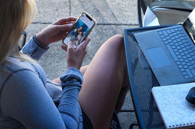 vrouw kijkt via haar smartphone op instagram