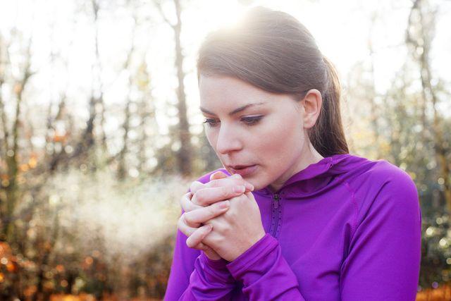 flank ademhaling koude handen