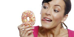 Vrouw eet donut