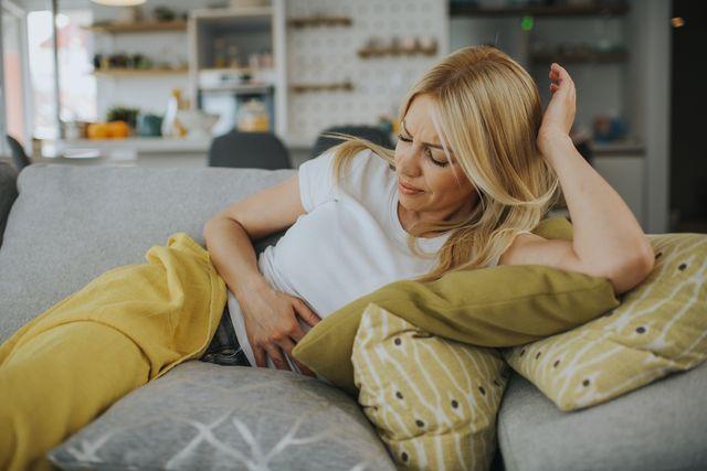 mujer con dolor de tripa por el periodo