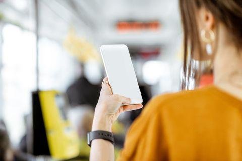 避免在交通工具上使用手機