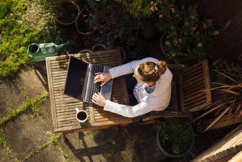 chica trabajando con el ordenador portátil en el jardín