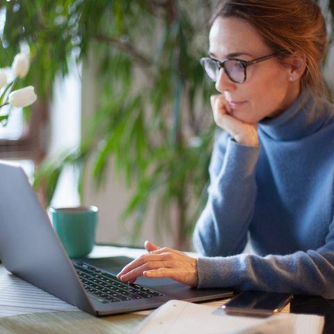 femme travaillant à domicile à l'aide d'un ordinateur portable