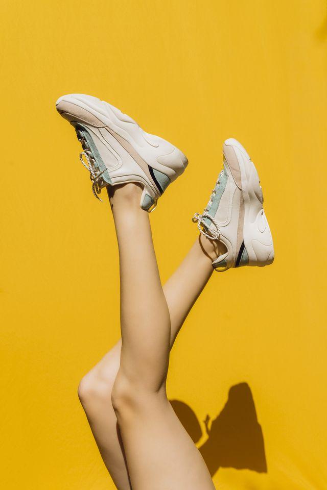 mujer con piernas al aire