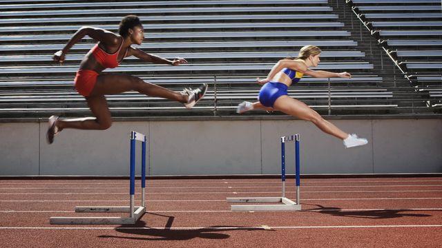 atletas saltando vallas